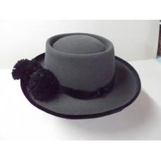 Chapéu cinzento pompom